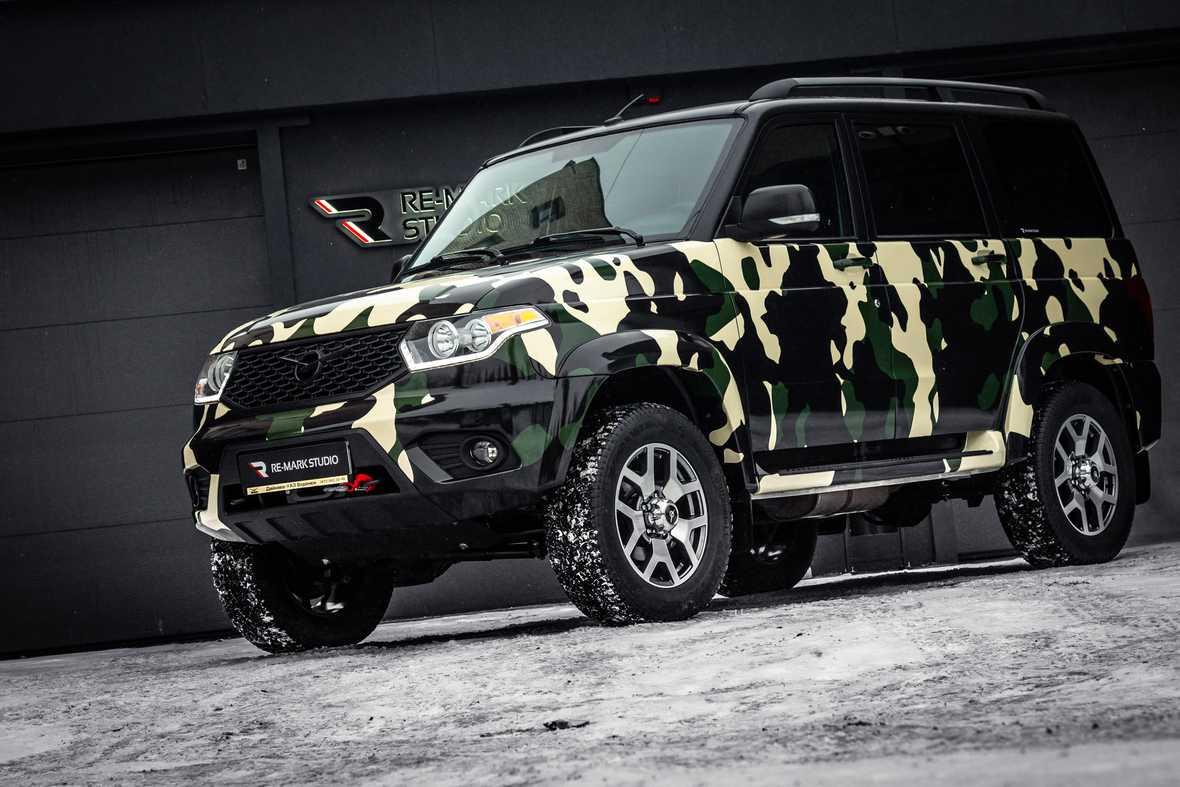 На фото автомобиль УАЗ в камуфляжном виниле. Проект фирмы «Re-Mark Studio».