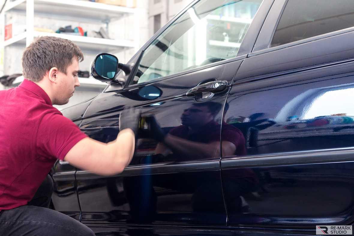 На фото мастер-технолог «Re-Mark Studio» наносит керамику на дверь автомобиля.