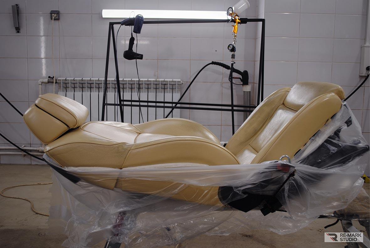 На фото автомобильное кресло на финальной стадии покраски. Работу выполнил мастер-технолог воронежского детейлинг-центра «Re-Mark Studio».