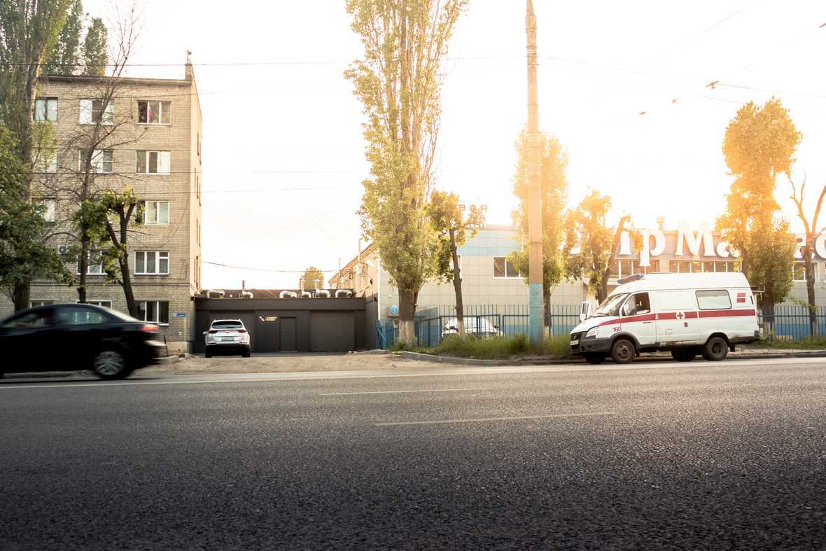 На фото фасад здания детейлинг-центра, вид со стороны улицы Солнечной.
