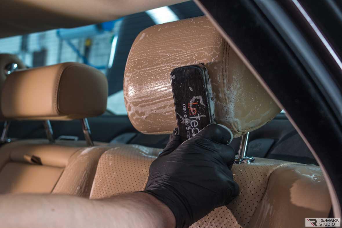 На фото процесс ручной химчистки кожаного автокресла с помощью средств LeTech.