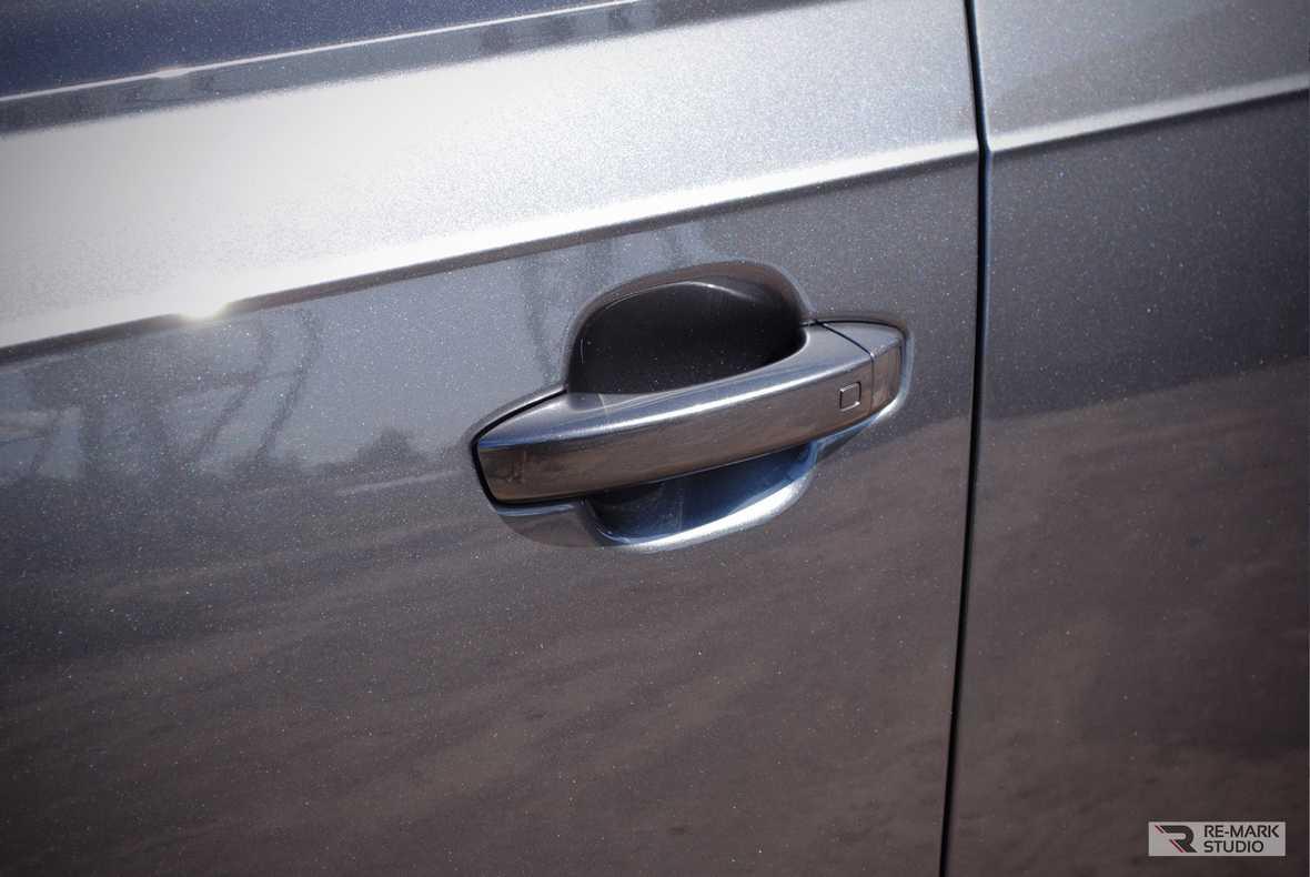 На фото водительская дверь.