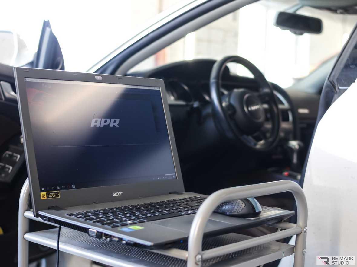 На фото рабочий процесс. Выполняется замена прошивки блока управления двигателем через штатный диагностический разъем.