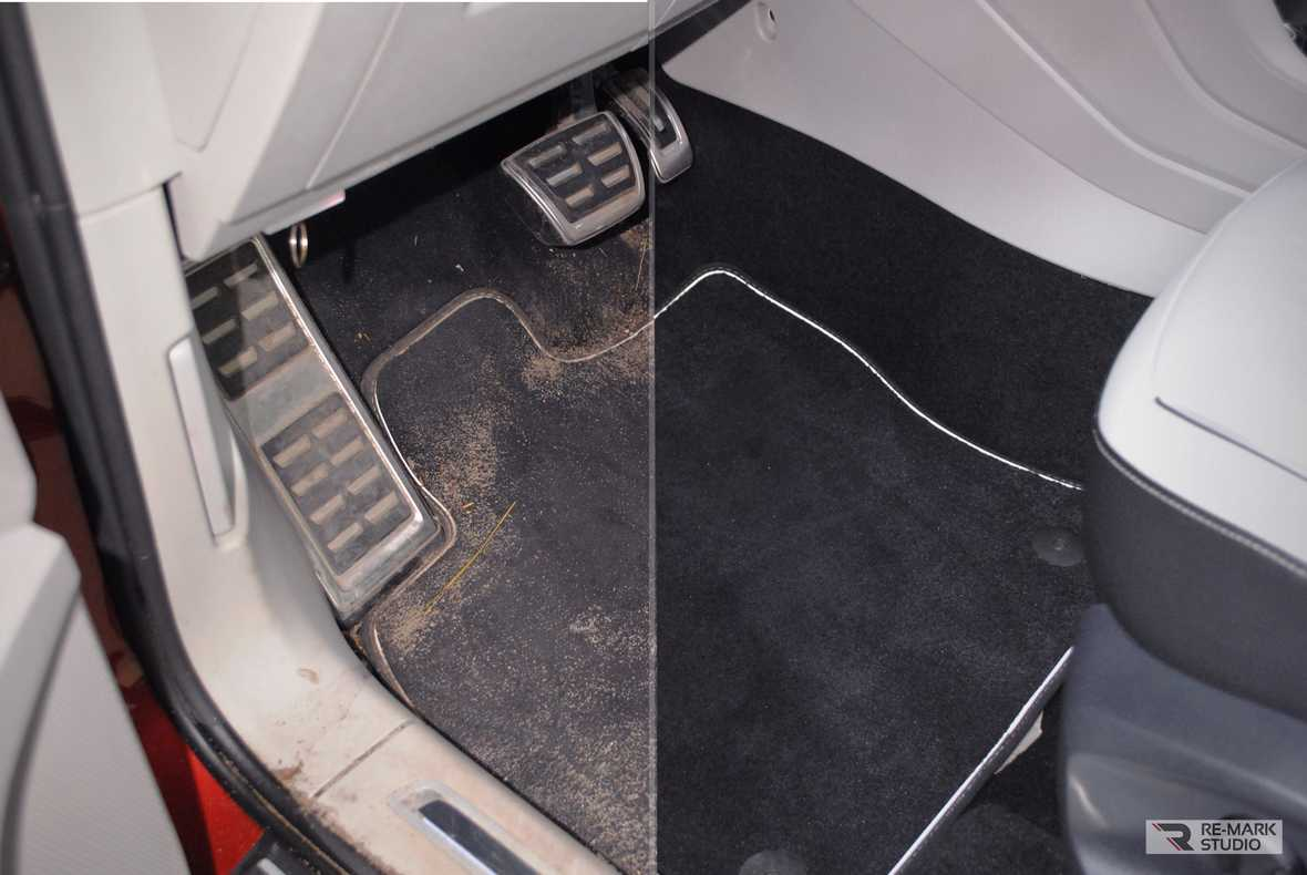 На фото место водителя. Показан пол в салоне автомобиля до и после химчистки.