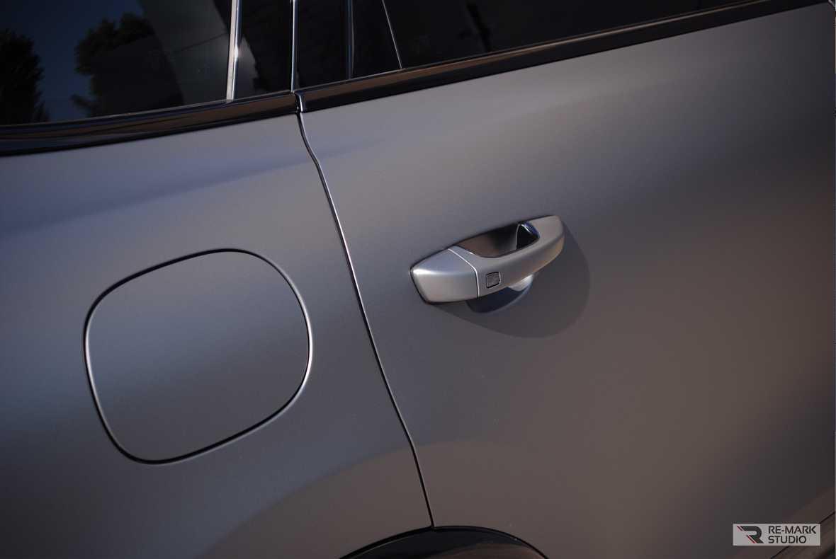 Смотреть на фото крупным планом: как смотрится серый винил Oracal 970 на кроссовере Порш Кайен.