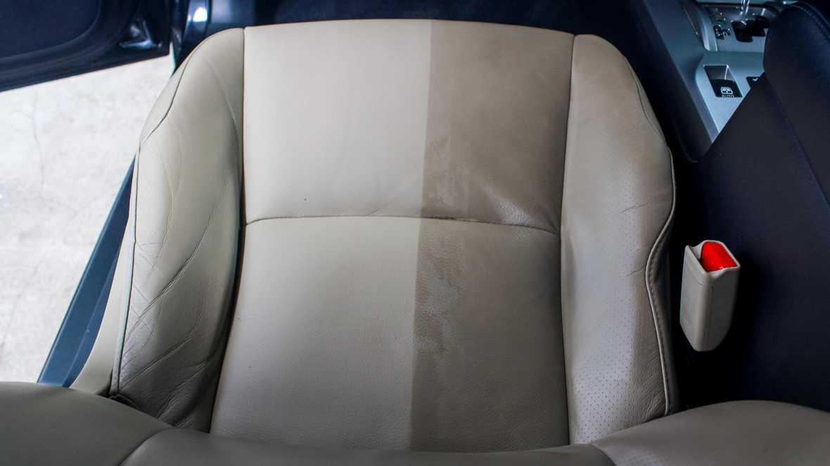 На фото кресло, у которого одна половина почищена, а вторая оставлена в исходном виде, чтобы наглядно показать эффект от химчистки.