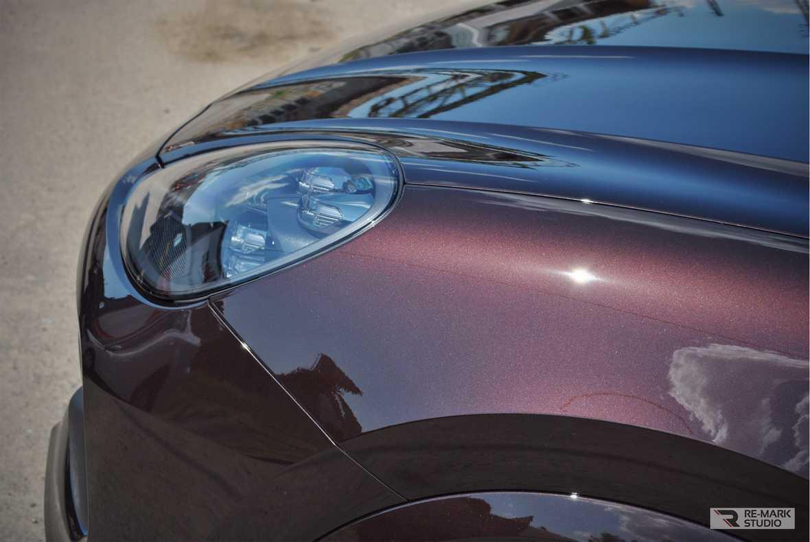 На фото крыло автомобиля, обработанное керамикой. Солнечный свет раскрывает силу глянца.