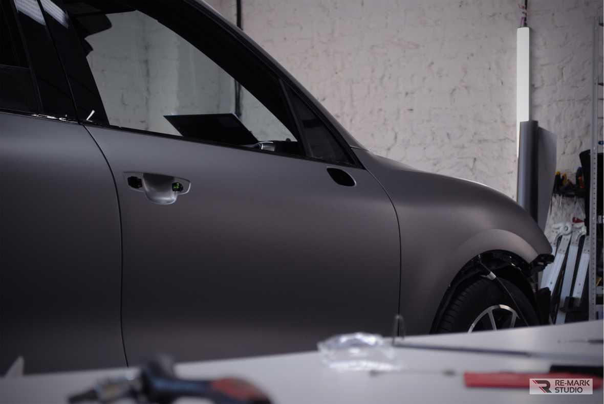Смотреть на фото – поклейка винила Oracal 970 на автомобиль Porsche Cayenne в городе Воронеже.