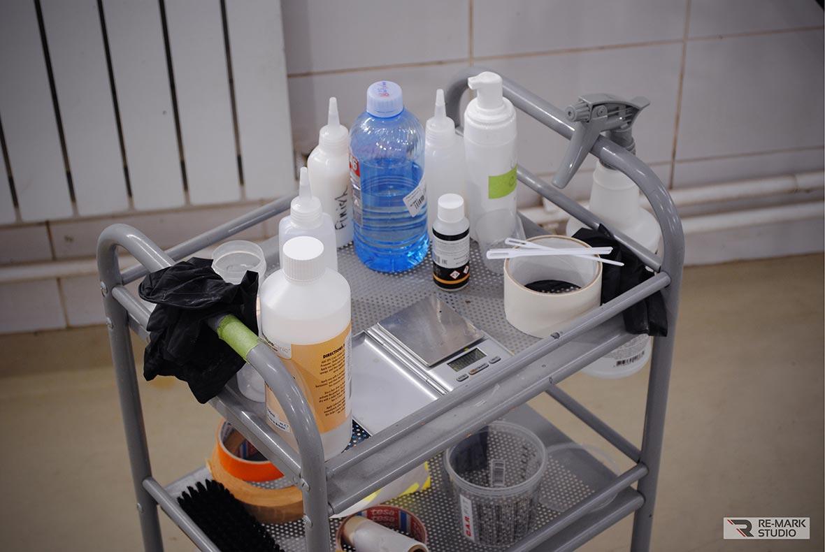На фото расходные материалы и инструменты мастера-технолога, отвечающего в «Re-Mark Studio» за реставрацию автомобильной кожи.