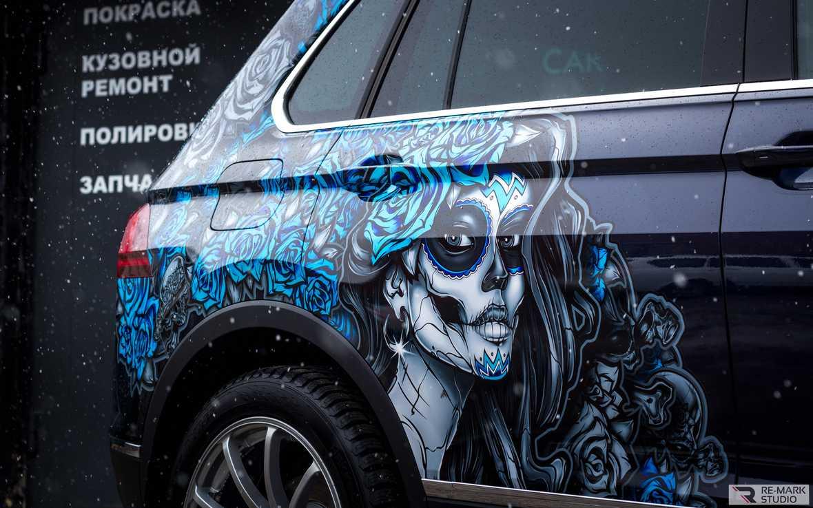 На фото автомобиль с винилографией, охватывающей заднее крыло и дверь.