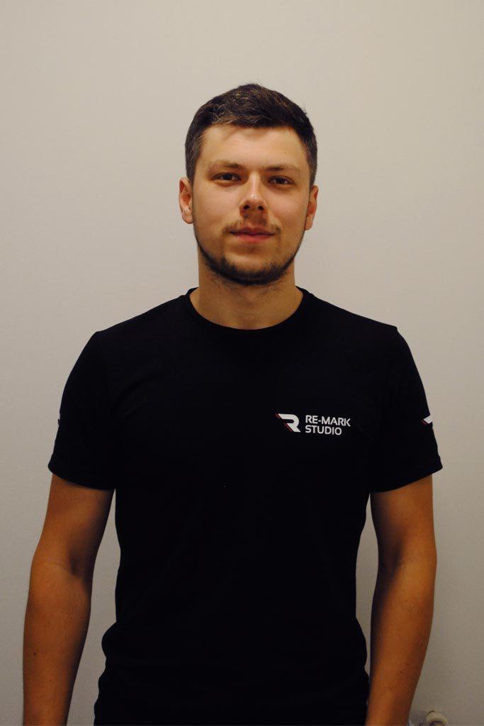 На фото специалист Иван – мастер детейлинг-мойки, технолог по автохимчистке и нанесению защитных составов.