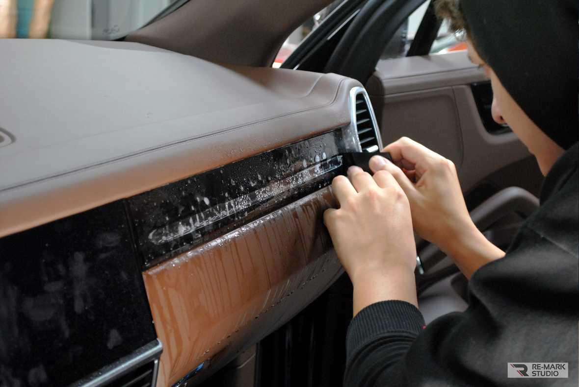 Смотреть фото – как правильно клеить пленку в салоне автомобиля.