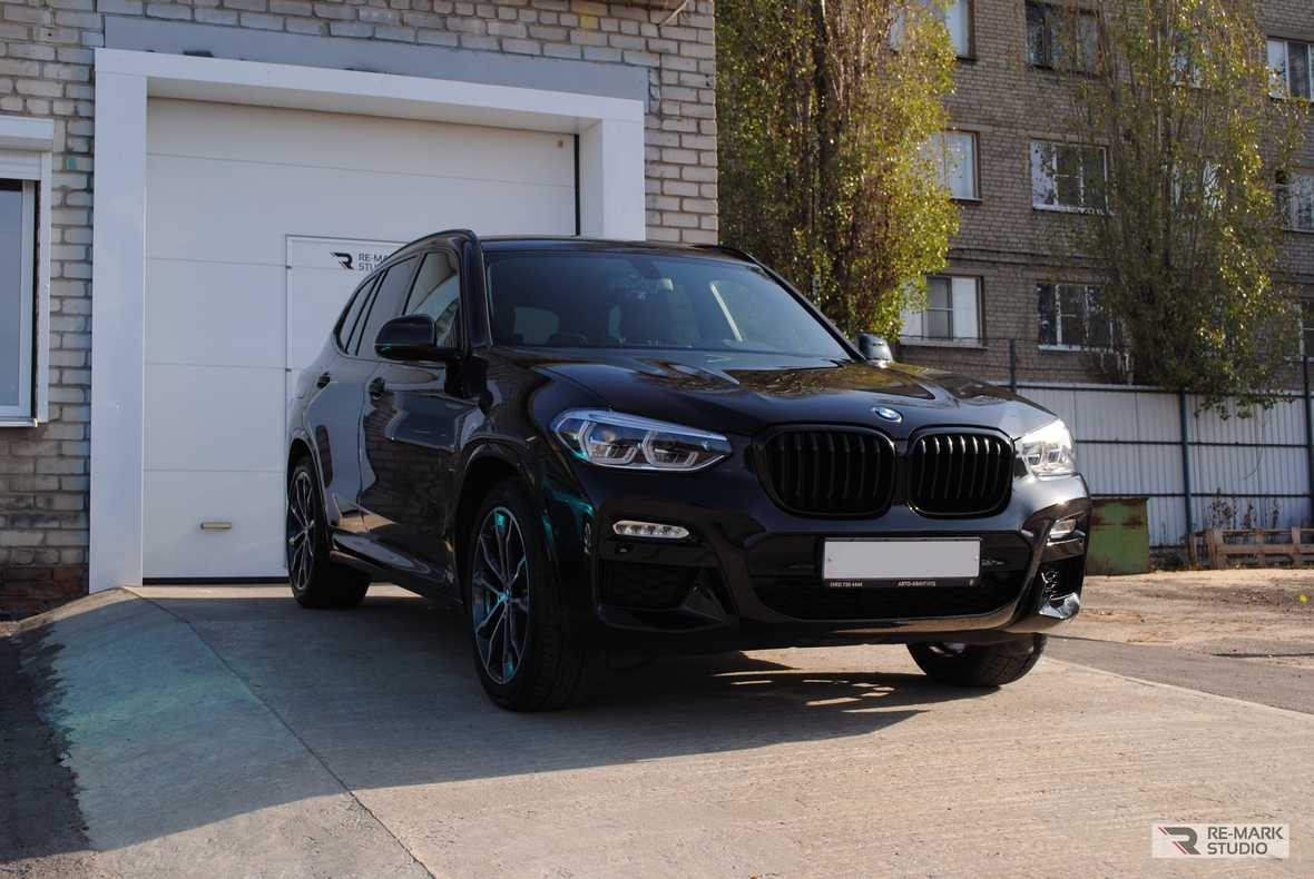 Смотреть на фото новый BMW X3 после оклейки качественной полиуретановой пленкой.