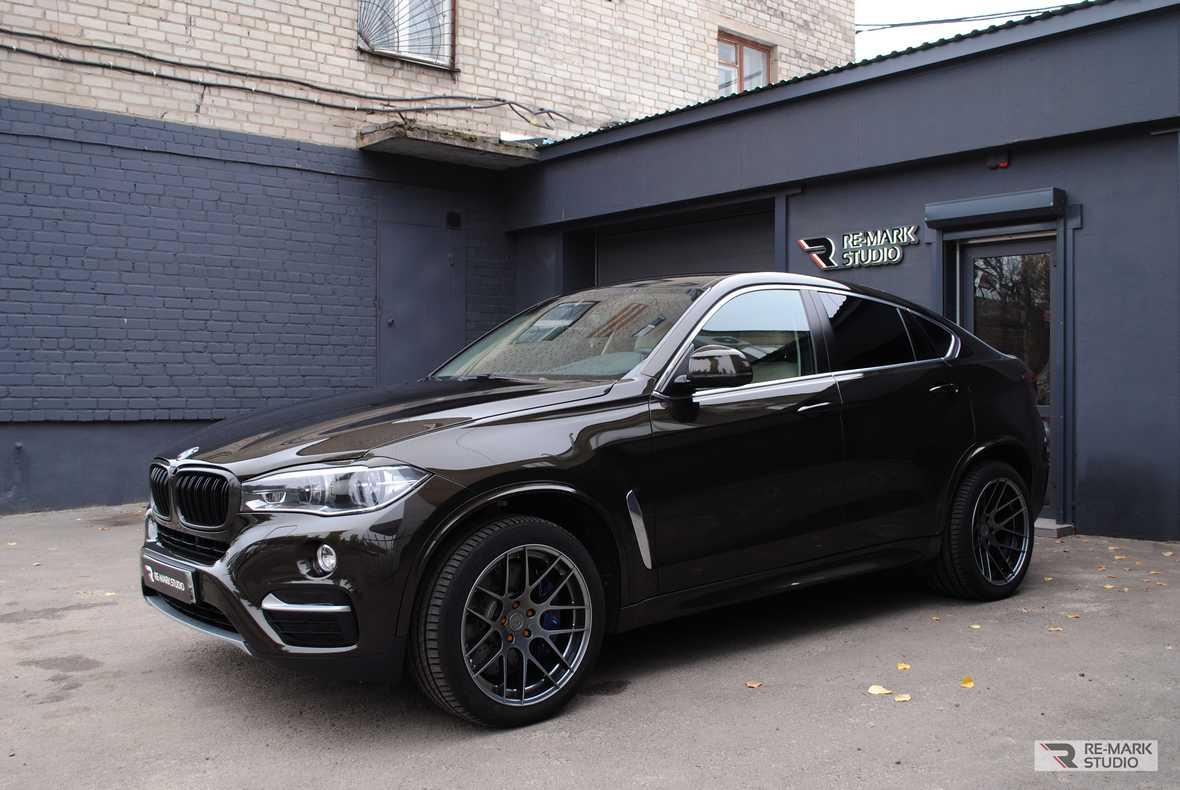 На фото автомобиль BMW X6, которому мастера детейлинг-центра Re-Mark Studio оклеили лобовое стекло защитной пленкой.