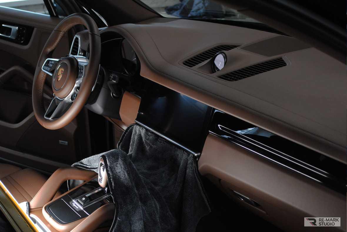 На фото интерьер автомобиля после оклейки декоративных элементов защитной пленкой.