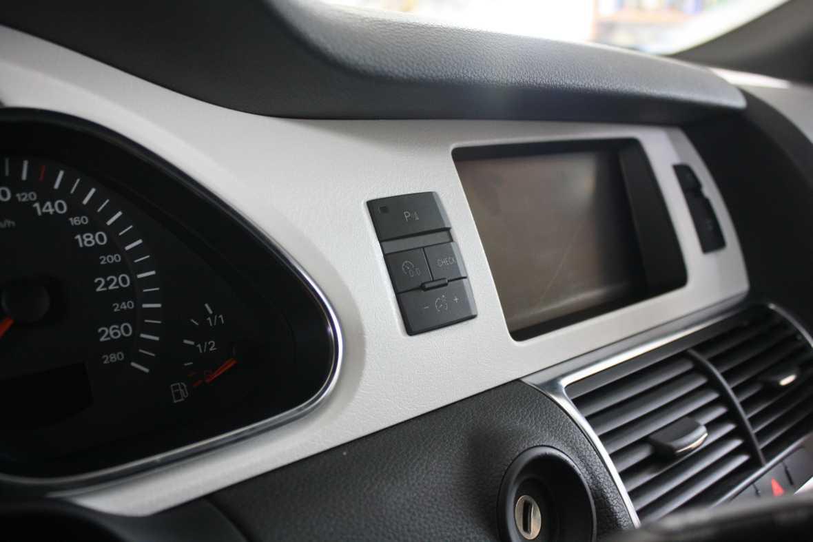 Смотреть на фото приборную панель автомобиля, которую затянули в виниловую пленку белого цвета.