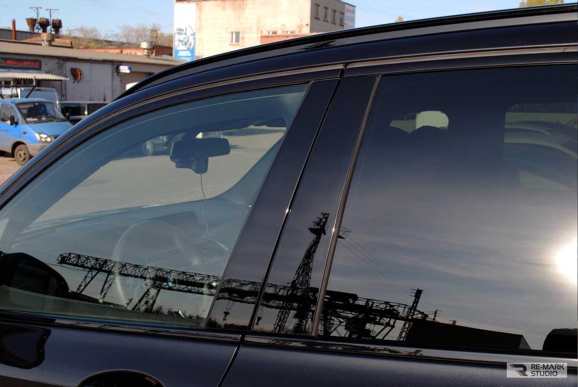 На фото дверные стойки BMW X5 после установки антигравийной пленки.