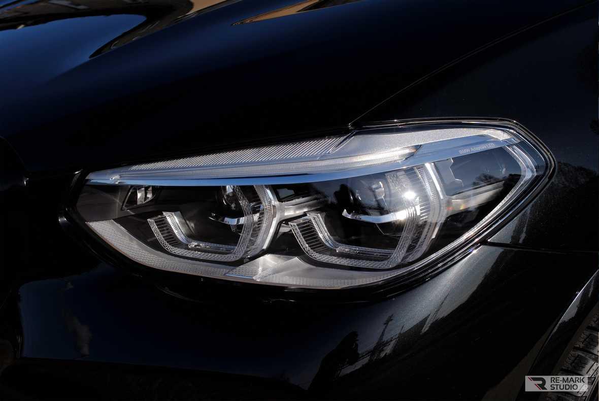 На фото фара BMW X5 после установки антигравийной пленки.