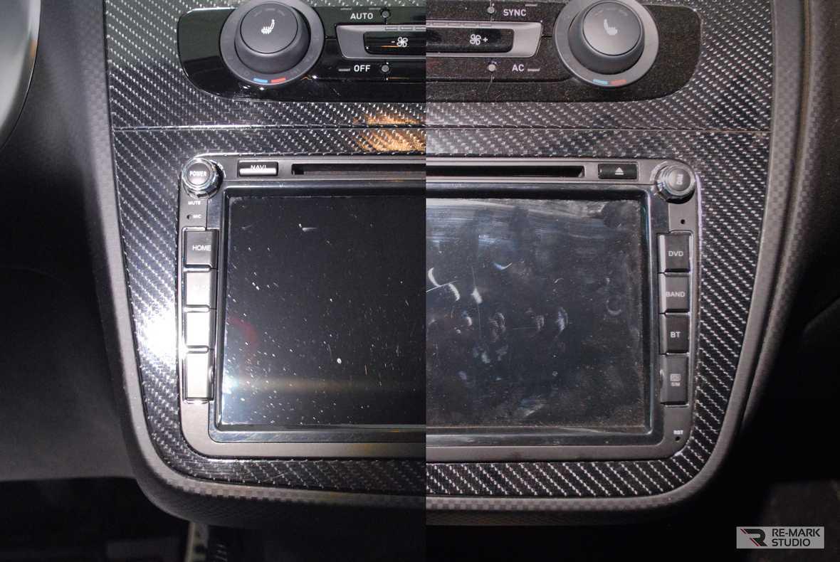 На фото часть консоли с экраном и кнопками управления мультимедийной системы.