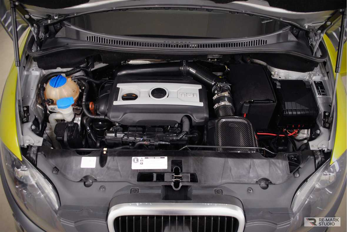 На фото подкапотное пространство SEAT Altea Freetrack после химчистки с консервацией.