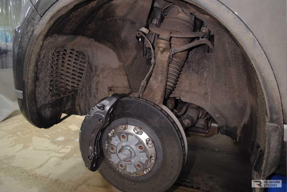 Смотреть на фото состояние подвески автомобиля перед мойкой и чисткой.