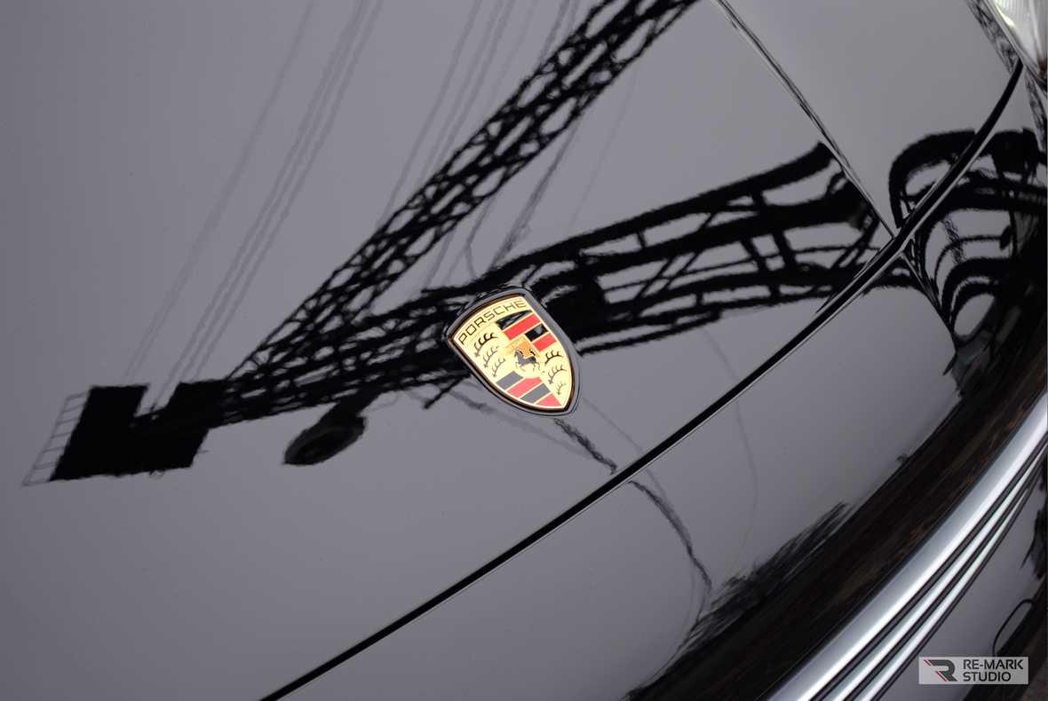 На фото крупным планом передняя часть и кромка капота, оклеенного пленкой PremiumSheild.