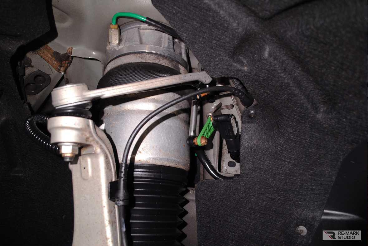 На фото фрагмент подвески автомобиля после химчистки в детейлинг-центре Re-Mark Studio.