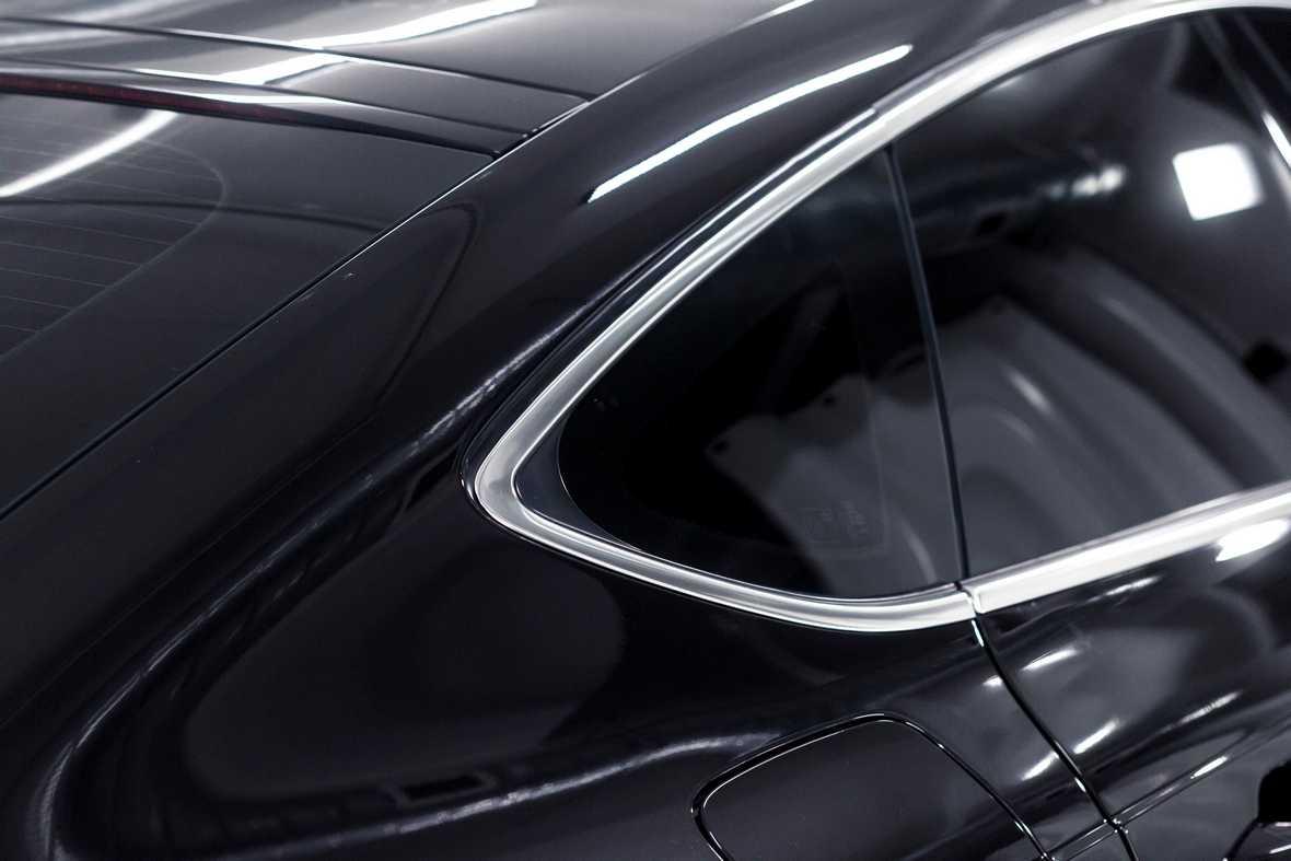 Фото хромированной рамки вокруг окна автомобиля Audi A7 до начала работ.