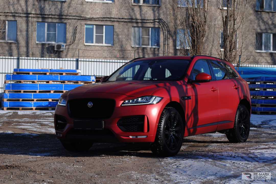 Смотреть на фото, как выглядит Jaguar F-pace в матовой антигравийной пленке.