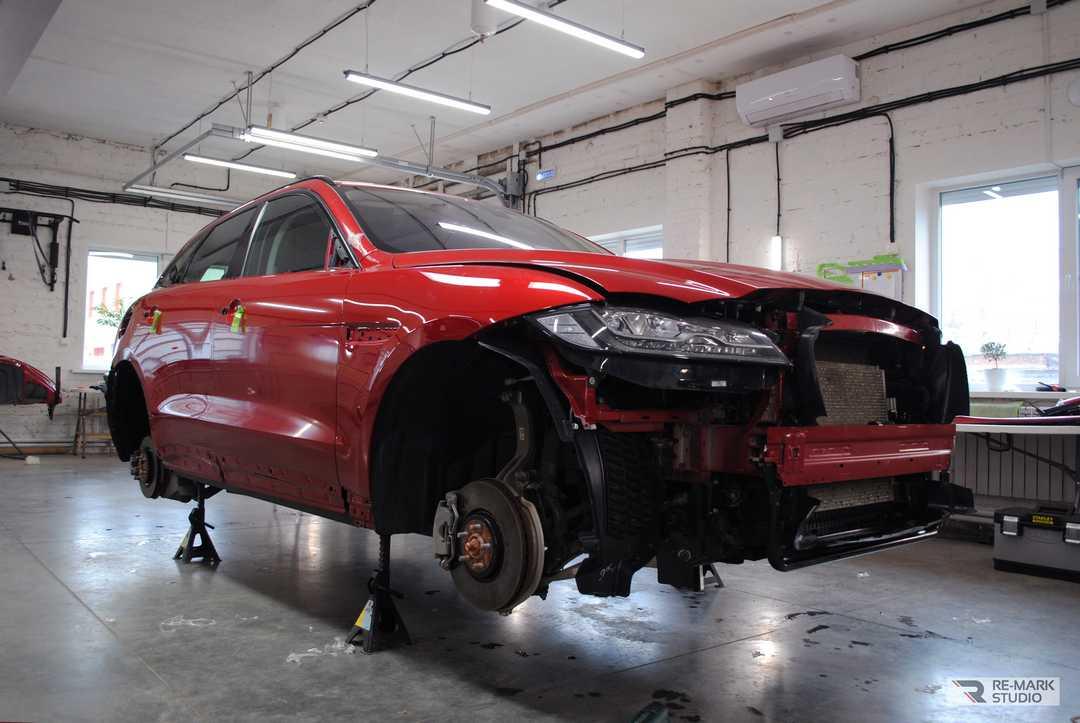 Смотреть на фото Jaguar F-pace в процессе оклейки матовой антигравийной пленкой.
