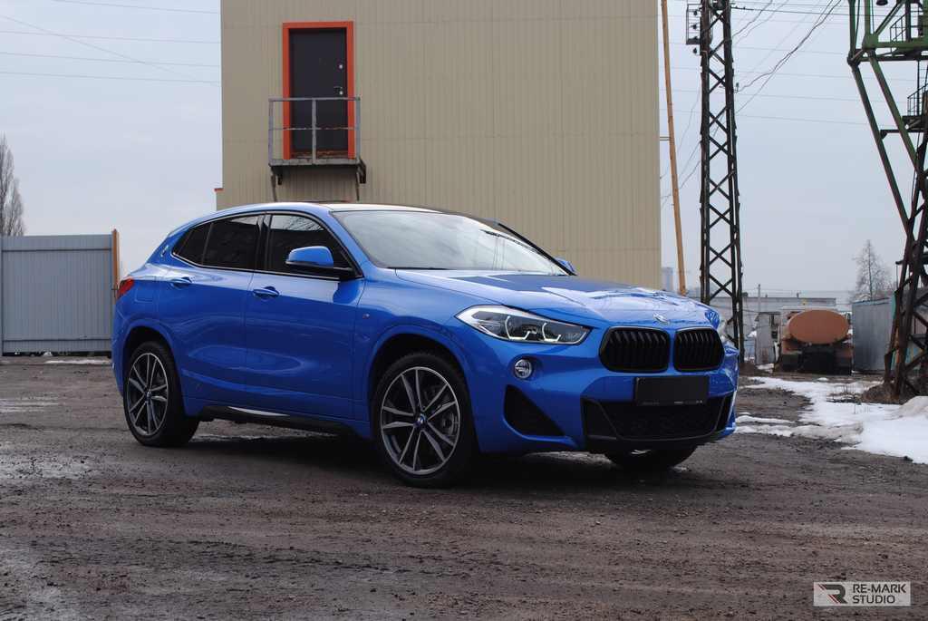 Смотреть на фото итоговый вид автомобиля BMW x2 после установки черного винила на крышу, после антихрома, монтажа антигравийной защиты и обработки лкп керамикой.