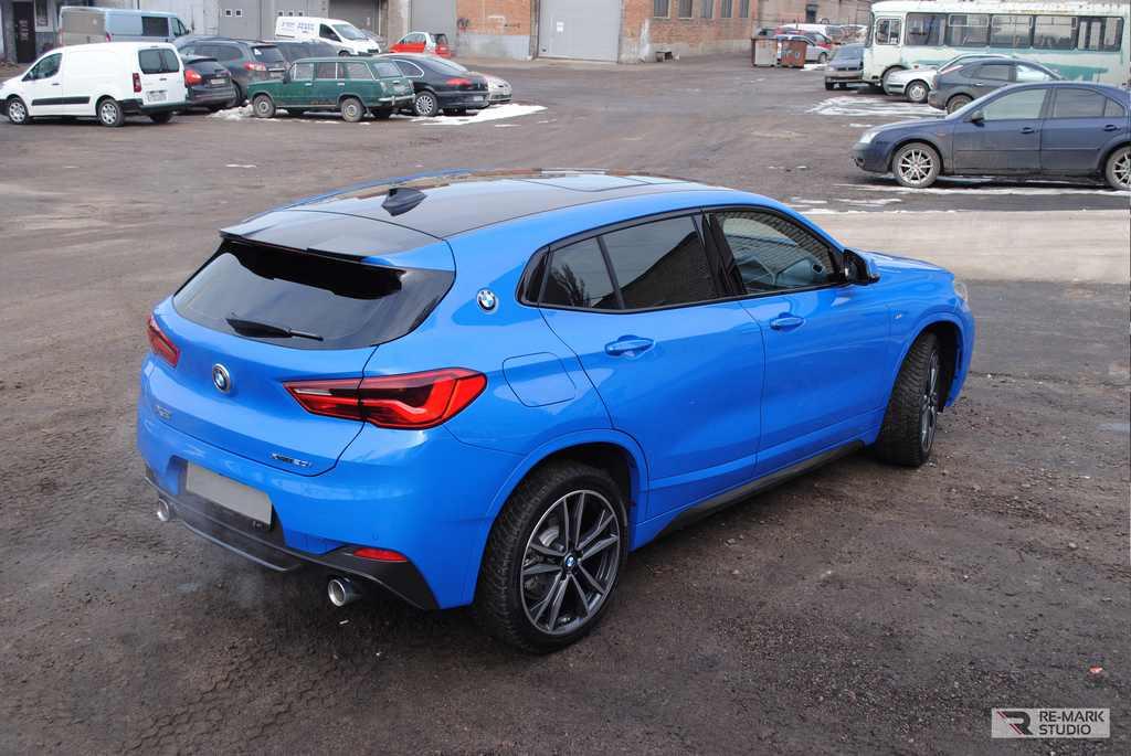 Смотреть на фото BMW X2 после оклейки крыши черным винилом.