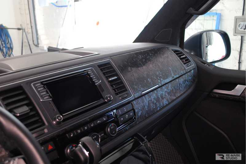 Смотреть на фото консоль автомобиля, оклеенную пленкой «Кованый карбон».