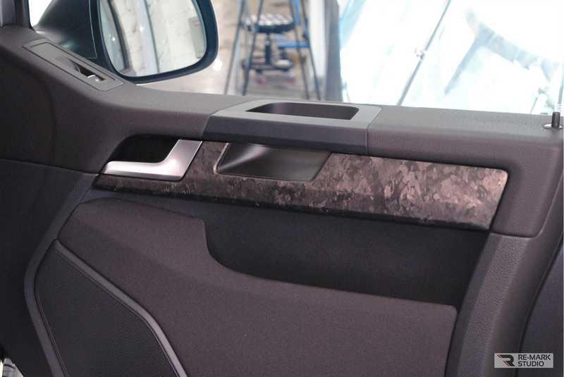 Смотреть на фото дверную вставку автомобиля Фольксваген после оклейки пленкой Кованый карбон.