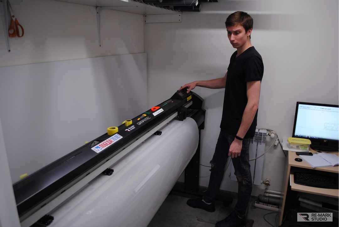 На фото мастер «Re-Mark Studio» работает с профессиональным плоттером.
