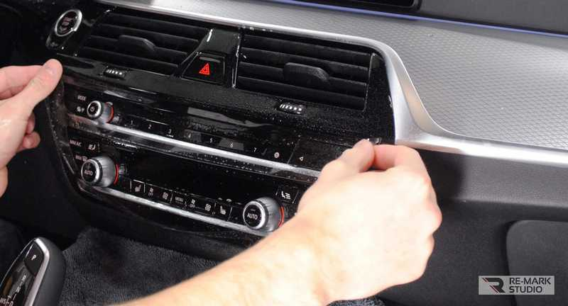 Смотреть на фото установку защитной пленки на приборную панель автомобиля своими руками.