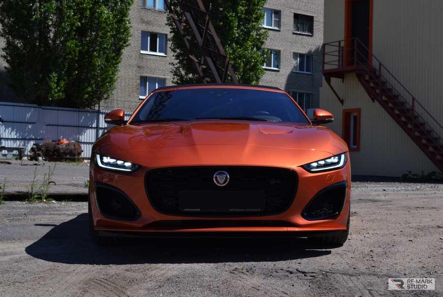 Смотреть на фото переднюю часть автомобиля Jaguar F-Type 2020 года выпуска. После оклейки антигравийной пленкой.