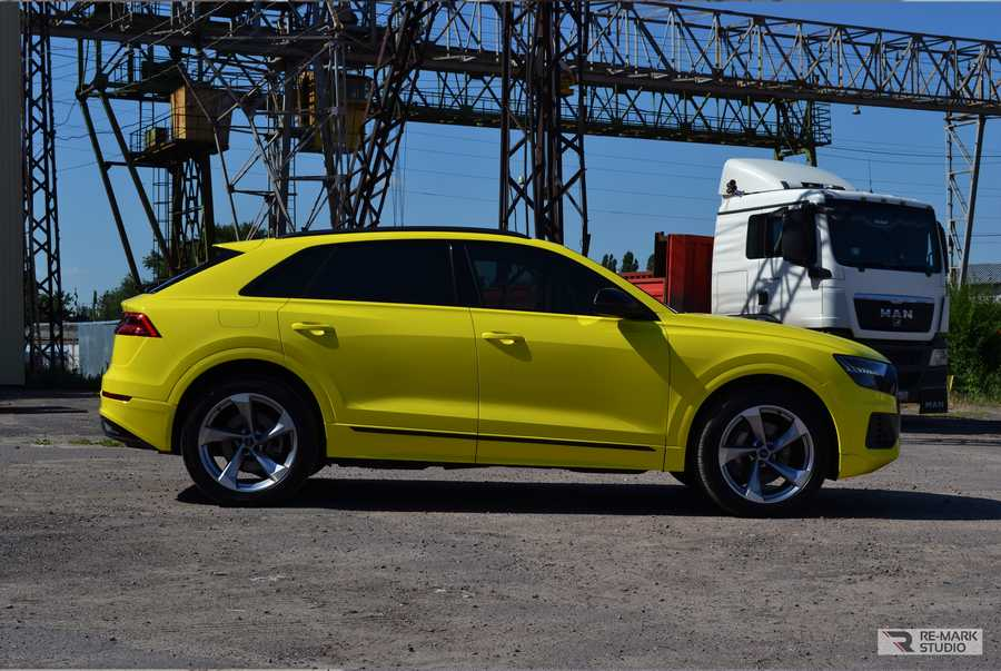 Смотреть на фото Audi Q8 после полной оклейки желтой и черной виниловой пленкой.