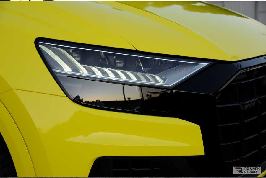 Смотреть на фото фара Audi Q8 после оклейки полиуретановой пленкой.