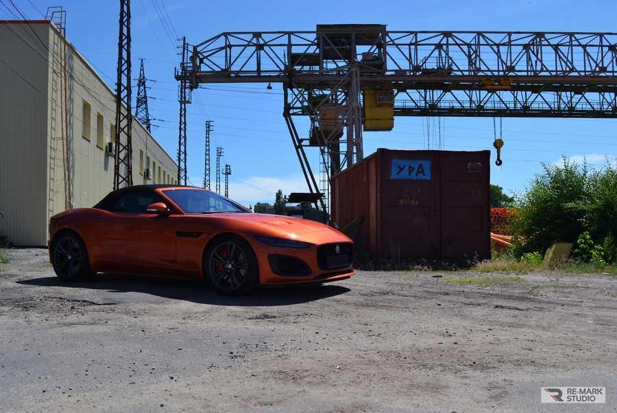 Смотреть на фото новый Jaguar F-Type в антигравийной защите PremiumShield.