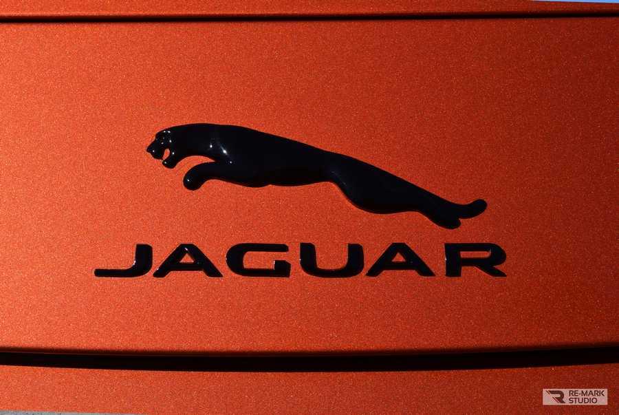 Смотреть на фото шилдик и надпись Jaguar на автомобиле F-Type после установки антигравийной пленки.