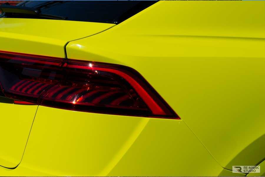 Смотреть на фото задние фонари Audi Q8 после оклейки специальной притонированной защитной пленкой.
