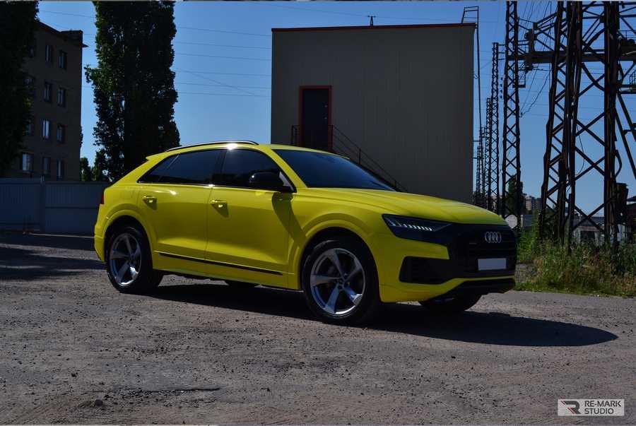 Смотреть на фото автомобиль Ауди Ку8 в желтой виниловой пленке Хексис.