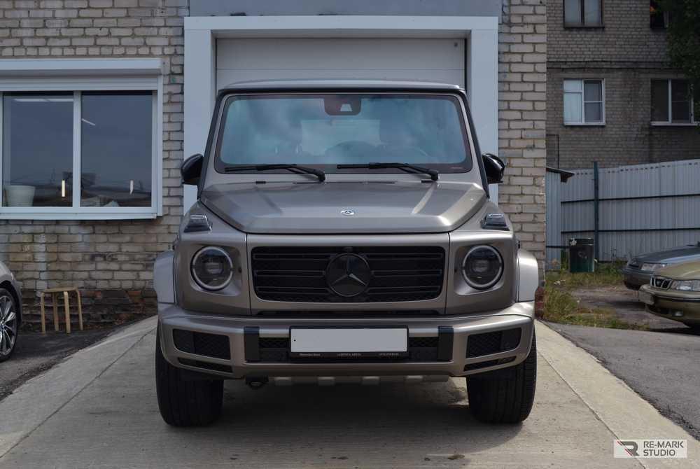 Смотреть на фото автомобиль Mercedes-Benz Gelandewagen в матовом цвете Manganite Grey после оклейки антигравийной пленкой PremiumShield Matte.