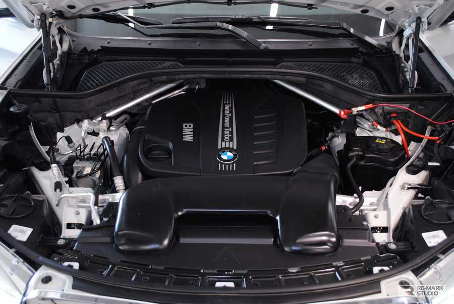 Смотреть на фото мотор BMW X6 после химчистки. Подкапотное пространство у машины смотрится так, будто она еще ни разу не выезжала на дорогу.