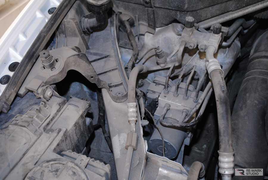 Смотреть на фото грязный мотор BMW X6 до мойки. Город Воронеж, 2020-й год.