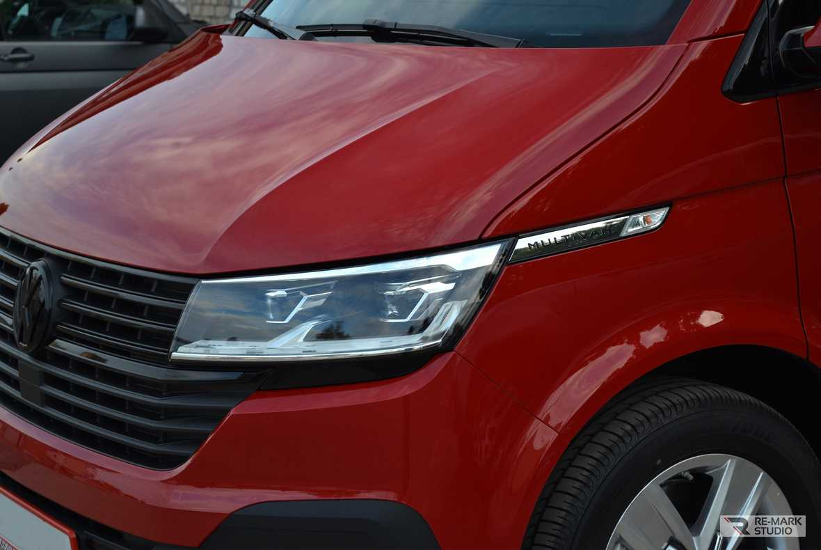 Смотреть на фото фары Volkswagen Multivan после установки на них антигравийной пленки.
