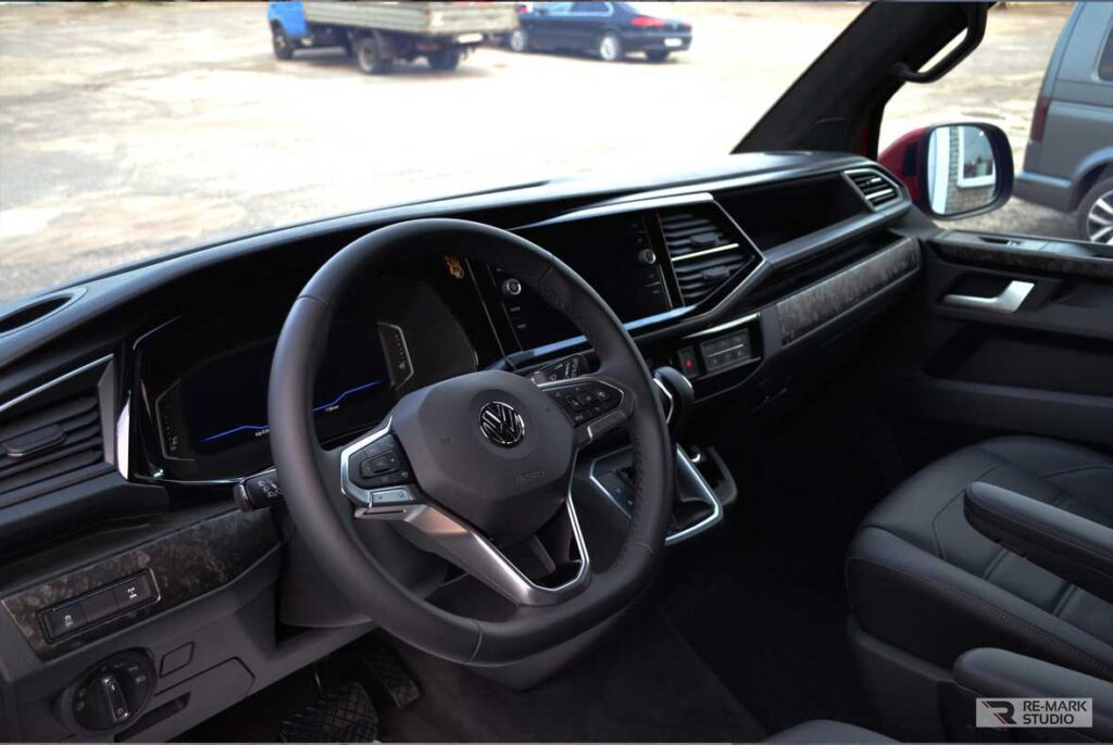 Смотреть на фото консоль автомобиля Volkswagen Multivan после оклейки винилом «Кованый карбон».
