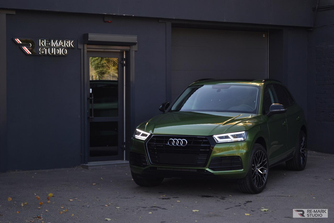 Смотреть на фото Audi Q5 после полной оклейки зеленым металликом Mamba Green.