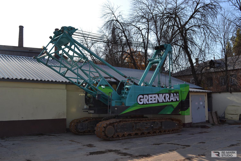 Смотреть на фото кран Кобелко. Брендирование строительной техники в Воронеже.